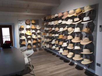 Espositore cappelli parete attrezzata - Riganelli Arredamenti