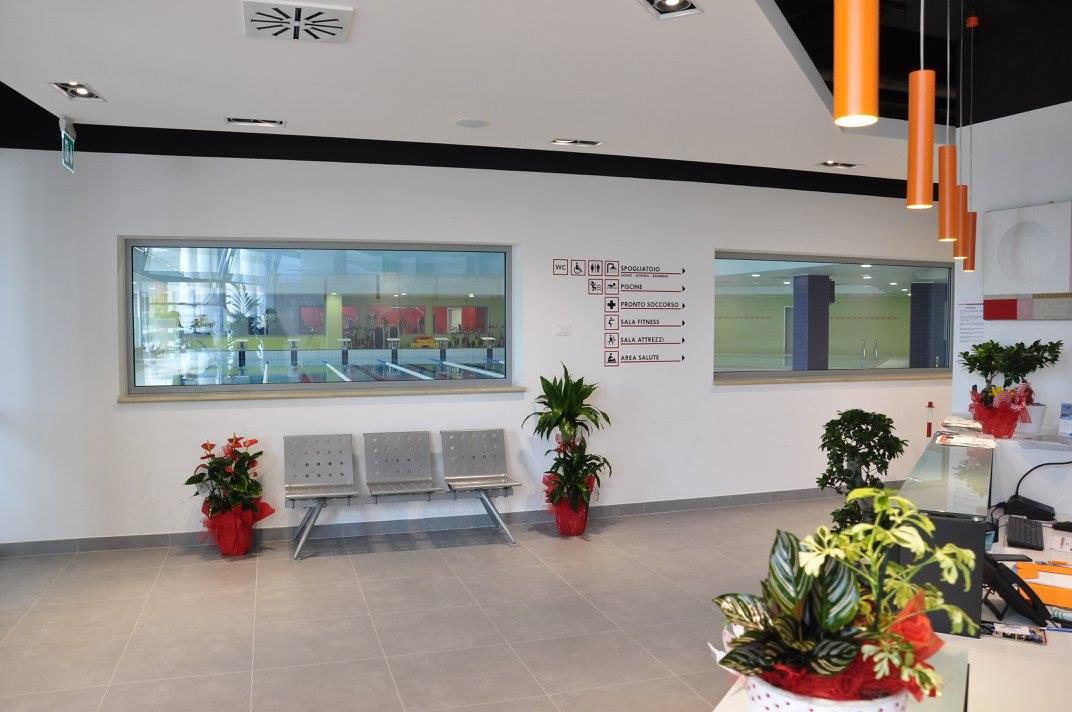 Sala d'attesa e reception palestra piscina - Riganelli Arredamenti