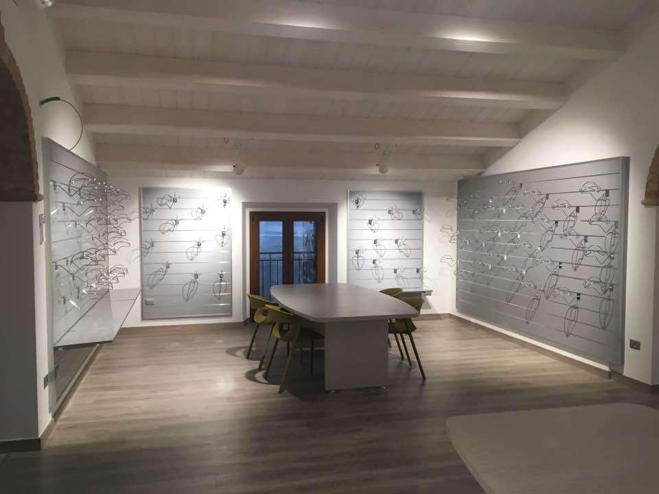 arredamento showroom con pannelli dogati-riganelli arredamenti