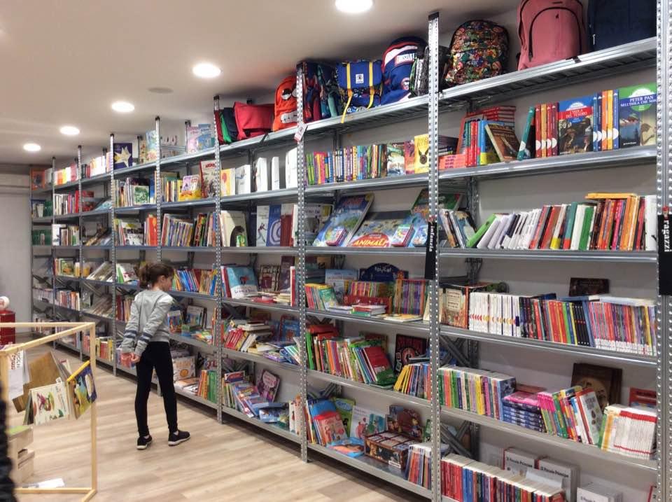Libreria con scaffalatura su misura - Riganelli Arredamenti