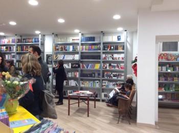 Libreria libriammare progettata e realizzata da Riganelli Arredamenti