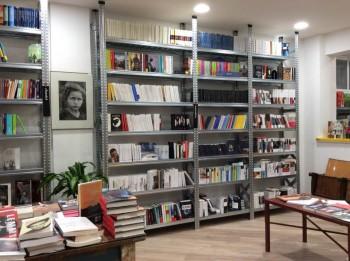 Libreria realizzata con scaffalature Riganelli Arredamenti