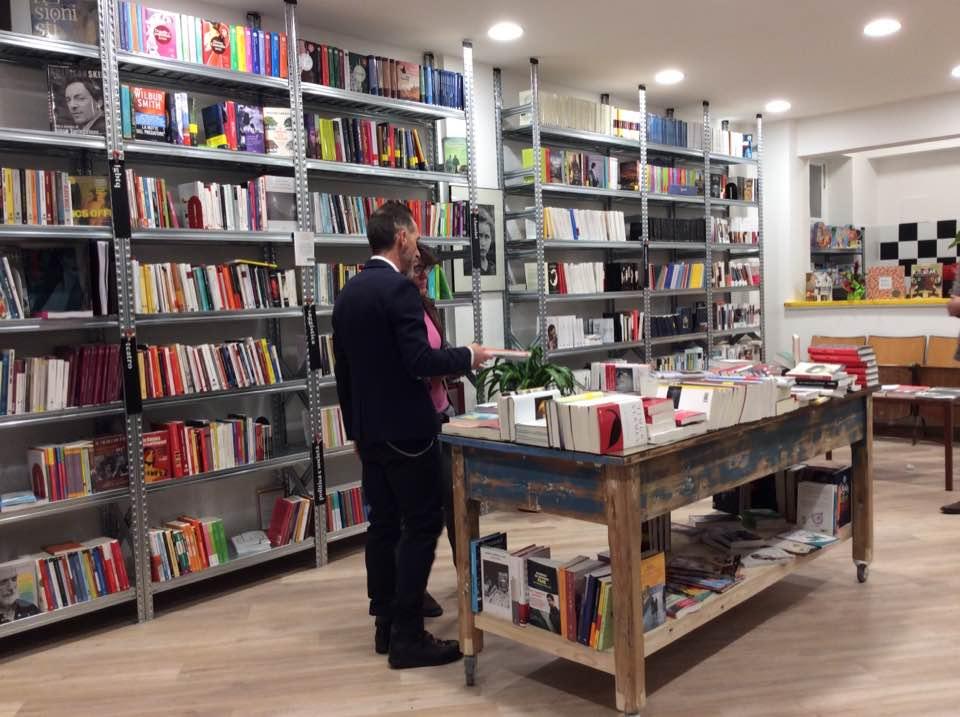 Negozio libreria con scaffalature - Riganelli Arredamenti
