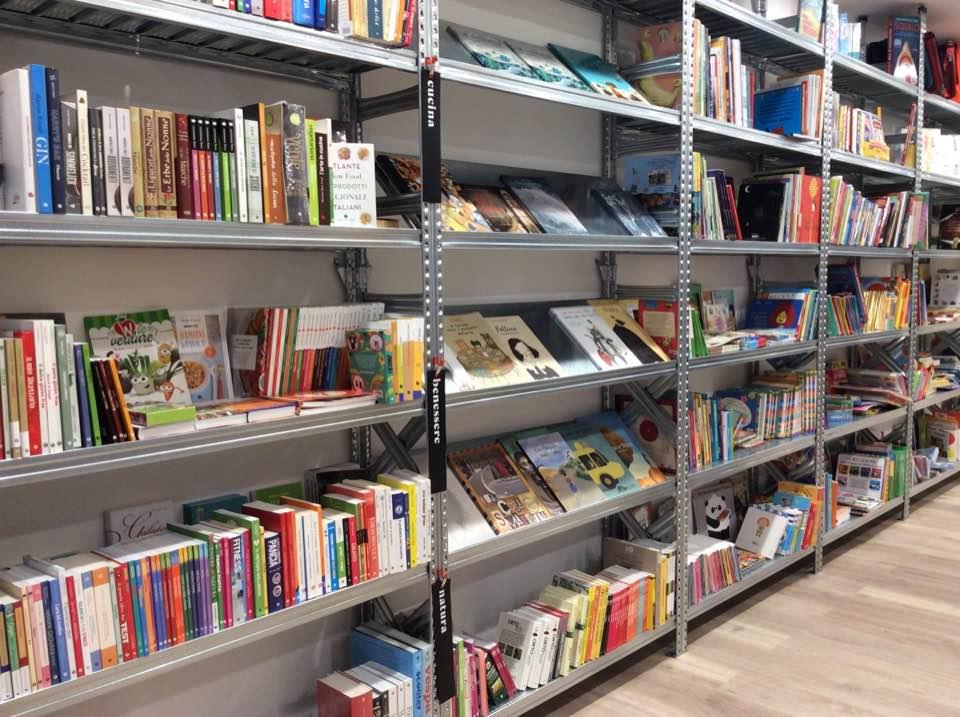 Scaffalatura negozio libreria - Riganelli Arredamenti