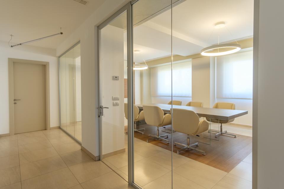 Parete divisoria in vetro per ufficio sala riunione - Riganelli Arredamenti