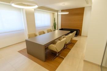 Tavolo riunioni Kyo e sedute girevoli Suoni - Riganelli Arredamenti