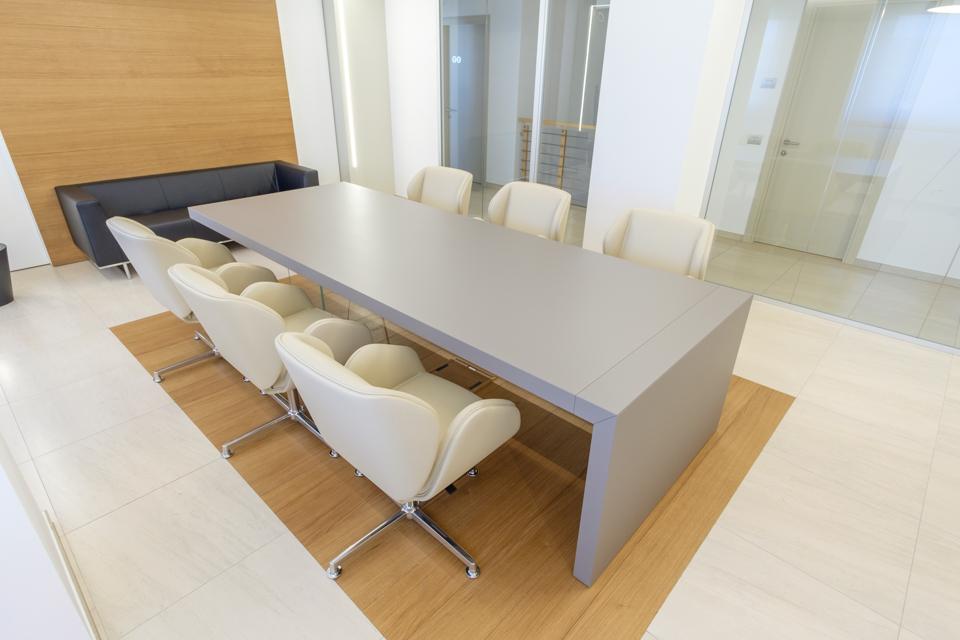 Tavolo riunioni Kyo e sedute imbottite suoni - Riganelli Arredamenti