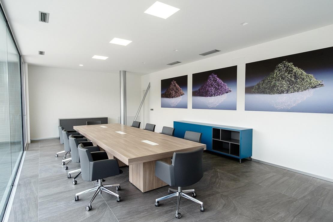Realizzazione sala riunione con tavolo e sedute - riganelli