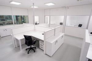 Divisione spazi in ufficio con paretine e scrivanie operative - riganelli