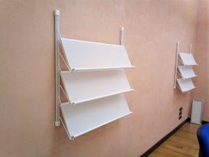 Libreria sospesa con piani inclinati - riganelli