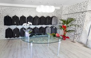 Tavolo di design al centro del negozio di abbigliamento - riganelli