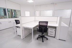 postazione operativa ufficio con scrivania sedia ufficio e cassettiera - riganelli