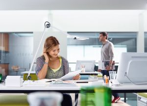 scrivania con lampada orientabile appoggiata sul piano - riganelli