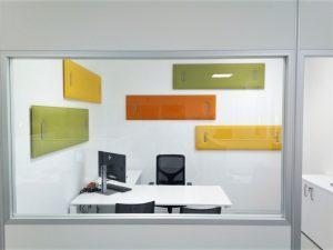 ufficio operativo con pareti divisorie e pannelli fonoassorbenti colorati per correzione acustica - riganelli