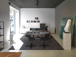 Noto scrivania direzionale con piano in vetro e gambe di legno - riganelli