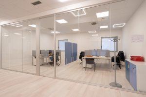 uffici operativi con pareti divisorie in vetro riganelli