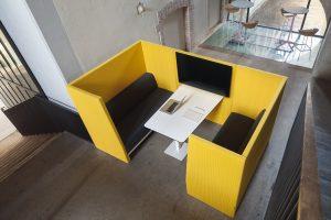 divanetti fonoassorbenti con tavolo e schermo per accogliere clienti - riganelli