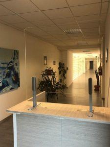 Pannello divisorio in plexiglass caimi safe per reception sportello informazioni riganelli_