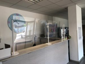 pannelli divisori in plexiglass trasparente per reception - riganelli