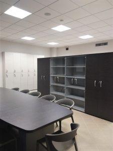 sala riunione con tavolo sedie e armadi - riganelli