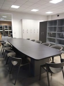 tavolo riunione con sedie kicca - riganelli